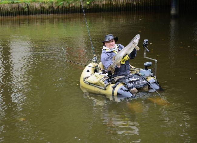Ernst-Jan met zijn nieuwe bellyboot PR, een snoek van 90 cm