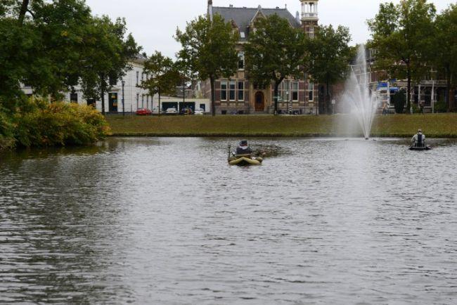 Bellyboten bij de fontein aan de Van Rooijensingel