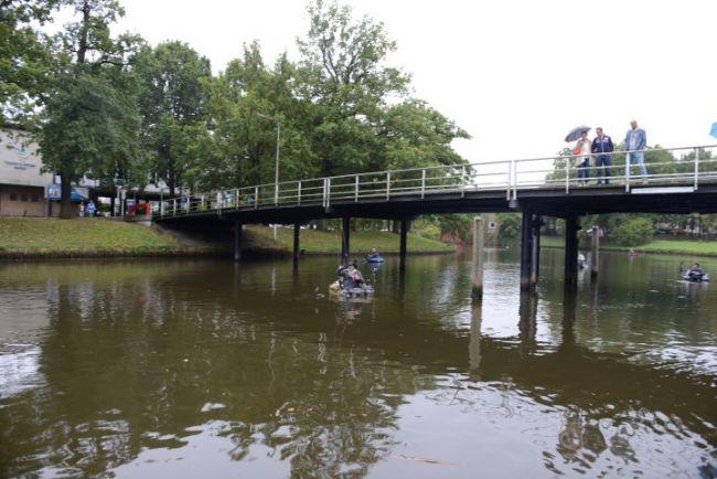 Toeschouwers vanaf het Kerkbrugje als Ernst-Jan zijn recordvis vangt