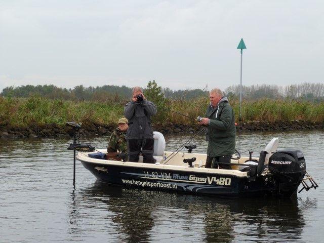 De boot van de Visgids van Zwolle met Ronald, Hans en Ingmar aan boord