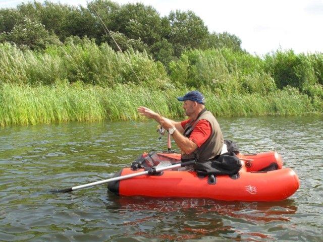 Op ruisvoorns met een roeiboot en een bellyboot