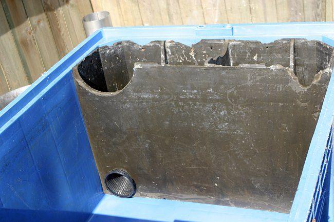 Links onderin zit de opening om het water aan te zuigen. Wel even afsluiten met een mandje of netje