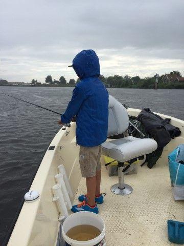 John is druk aan het vissen