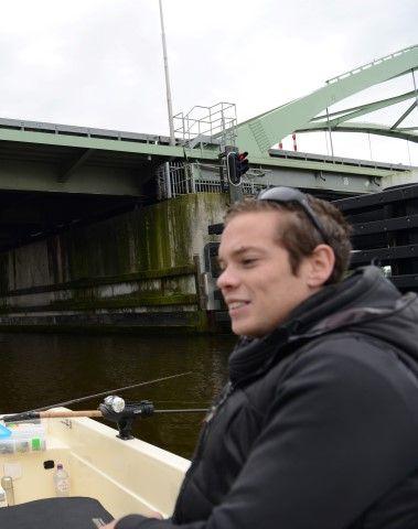 Lars vissend bij de brug bij Hasselt
