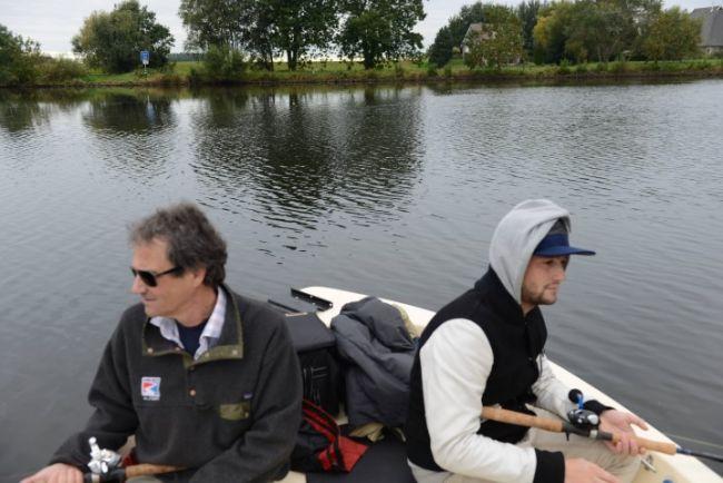 Harry en Mark zijn geconcentreerd aan het vissen