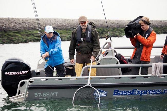 Ed en Marco gaan op de Maasvlakte achter de zeebaars aan