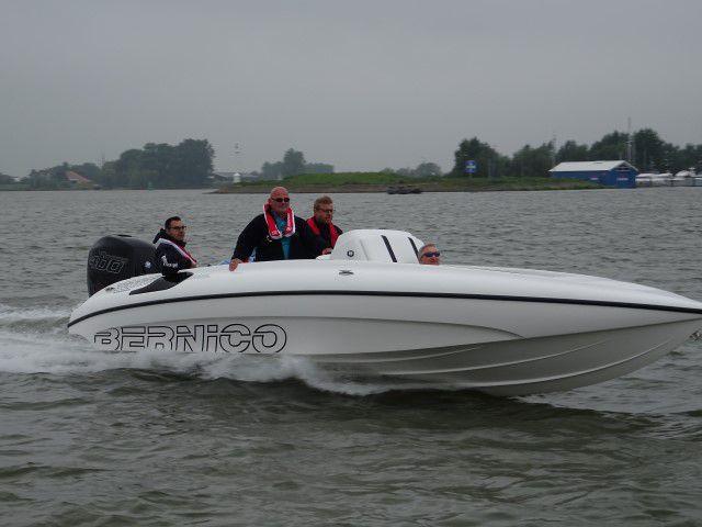 De Mercury 400R achter de Bernico speedboot; rompvorm maakt heeeel veel uit voor het varen!