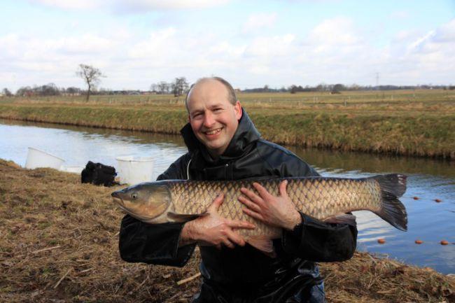 Bert met een graskarper van 103 cm, gevangen tijdens een visstand bemonstering
