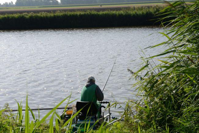 De vaste stok vissers hebben last van de harde wind
