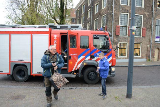 Gijs en Ed stappen uit de brandweerauto om te gaan vissen