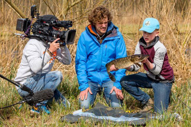 Tijdens het vissen met kunstaas vangt Boaz een prachtige snoek