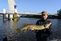 Johan met de grootste vis van de dag; een snoek van 91 cm gevangen bij Visgids Zwolle in de boot
