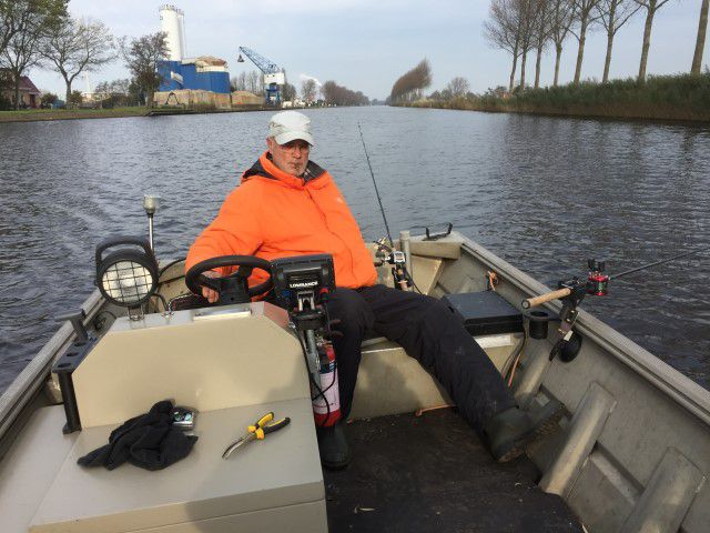 Thomas, trollend in zijn boot