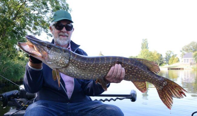 De vangst van de dag: Een pracht snoek van 102 cm voor Ad