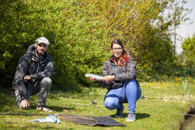 Mariska van den Broek vist met Jan Willem op forel