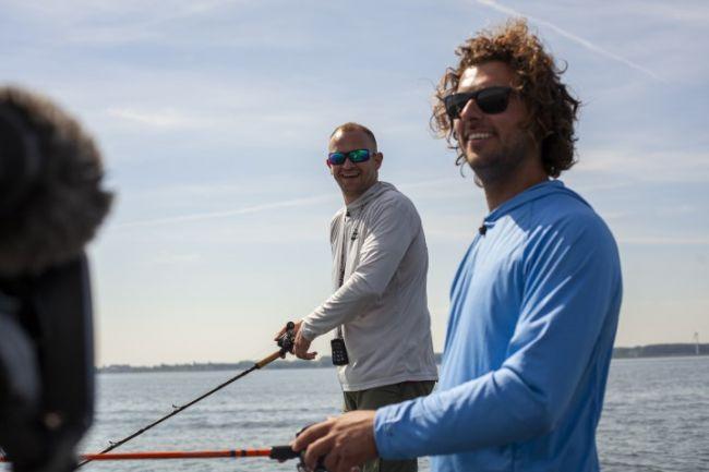 Thom Beentjes (rechts) krijgt les in vissen op grote snoek van Jelle de Jong