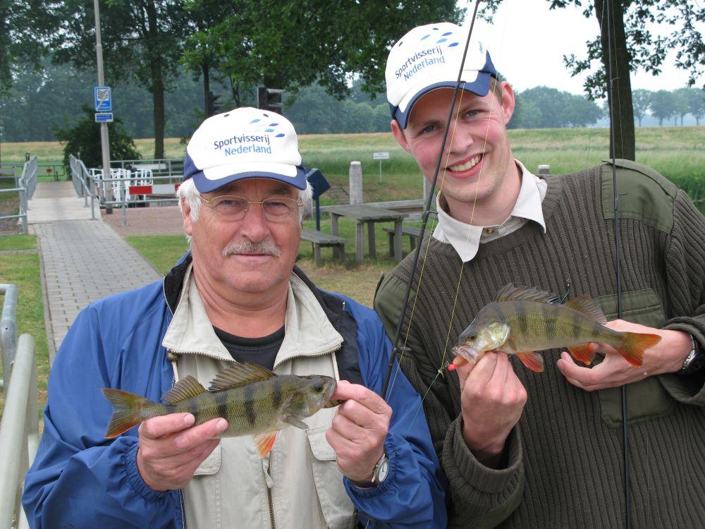 Robert en Dick pakten gelijktijdig een baars nabij de stuw Vechterweerd
